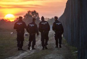 Röszke, 2015. szeptember 16. Rendõrök járõröznek napfelkeltekor az ideiglenes biztonsági határzár mellett a magyar-szerb határon, Röszke térségében 2015. szeptember 16-án. Az elõzõ napon hatályba léptek a migrációs helyzet miatti új szabályozások. MTI Fotó: Ujvári Sándor